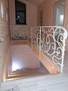 кріплення в бік сходів або міжповерхове перекриття через стовпи або стійк